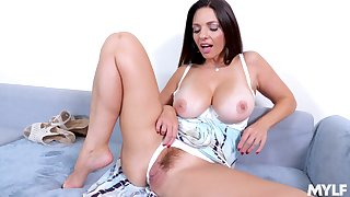 Mindi Mink uses the brush fingers to reach stout orgasm in the brush bedroom