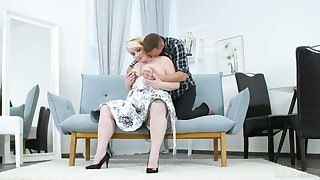 Big ass mature lady tries lovemaking with a much younger cadger